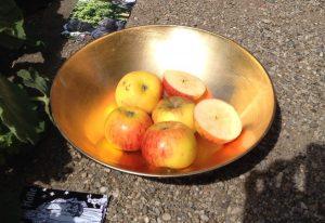 Goldene Schale mit Äpfeln