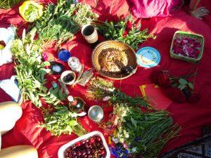 schön gedeckter Ritualtisch mit Brot und Früchten